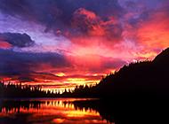 日落晚霞微微泛红的美景图片