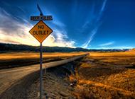 路标指示牌后的自然风光图片