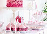 放在餐桌上的创意蛋糕图片