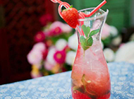 夏日清凉冰饮草莓饮料