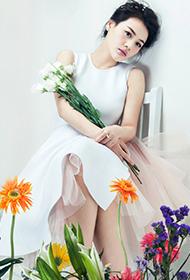 马思纯白纱短裙清纯搭配甜美笑容