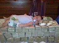 睡在钱堆里的孩子