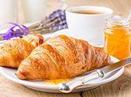 营养早餐黄油牛角面包图片