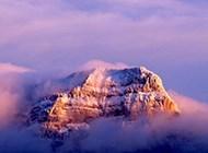 高清云雾缭绕的山脉摄影壁纸