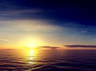水天一色的日出景色图片