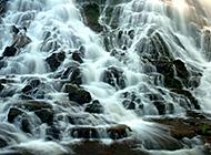 急湍奔流的山涧溪流瀑布美景图片