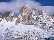 雄壮雪山高耸挺拔美景