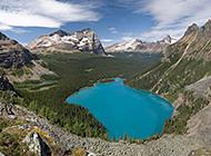 山间湖畔的自然美景图片