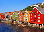 河边彩色房子建筑风景图片