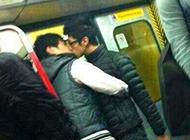 地铁里上演的好基友吻戏