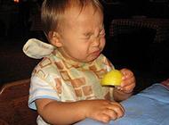 小孩吃柠檬时的酸爽表情图片