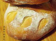 香软可口的蓝莓牛奶面包