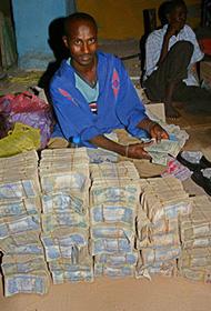 """探秘全球唯一""""钞票市场"""":成捆纸币摆地上卖"""