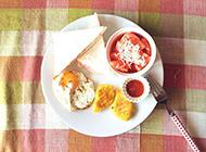 三明治搭配水果沙拉 健康又美味