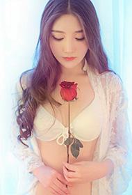 性感美女单薄轻丝与花争艳