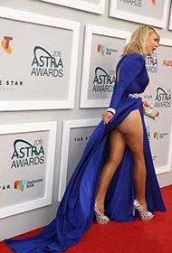 女星红毯撩裙搏出位 靠露臀抢镜