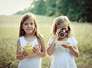 卖萌的漂亮小女孩唯美图片
