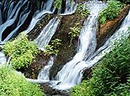 山间奔流的溪流瀑布