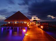 海边度假屋浪漫夜景风景图片