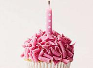 点燃了蜡烛的生日蛋糕图片