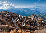 蜿蜒的山路风景俯拍图片