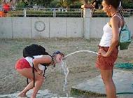 美女这样喝水实在太嗨了