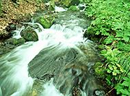 青山绿水山间奔流的溪流瀑布