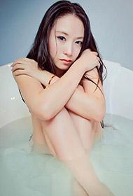 颓废少女浴缸演绎人体艺术诱惑