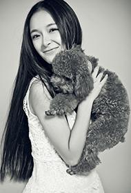 李莎旻子与泰迪甜美欢笑黑白风格写真
