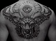 男生后背的个性潮流纹身黑白图片