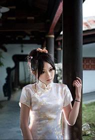 长发妹子气质旗袍展现古典美