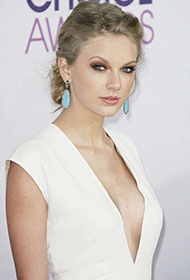 美国歌手泰勒·斯威夫特白色长裙气质迷人