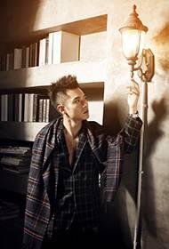 演员张丹峰古堡写真 个性时尚引人注目
