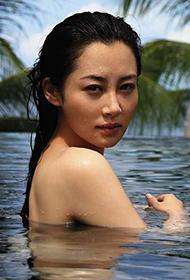 大陆性感女星许晴大尺度泳池湿身裸背写真