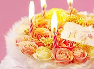 插在花束上的五根蜡烛图片
