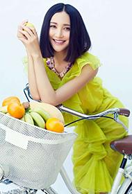 内地气质女演员张歆艺时尚街头写真