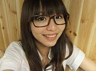 黑框眼镜清纯女生图片素材