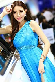 甜美车模蓝色衣裙车展美拍