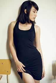 小美女黑色紧身裙勾勒性感婀娜身姿
