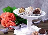 桌子上的美味糕点与美丽玫瑰花图片