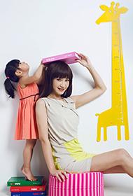 辣妈杨雪携爱女拍亲子照片