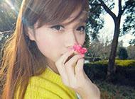 森系女生拿花遮脸唯美治愈图片