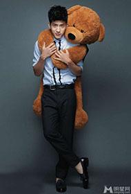 井柏然与小熊亲密接触 俏皮鬼马可爱索吻