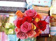 情人节的礼物与玫瑰花束图片