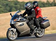行驶迅速的宝马摩托车高清桌面壁纸