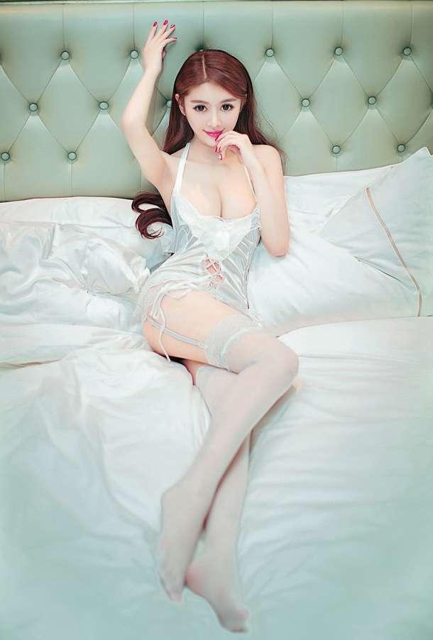 李馨诺性感情趣内衣纯白闺房写真