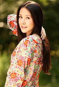 中国演员何琳户外写真尽展清新唯美