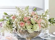 餐桌上的花束与礼物高清图片