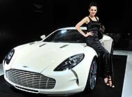 美女车模和白色阿斯顿·马丁One-77图片