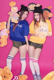 双胞胎女子演唱组合BY2与可爱泰迪熊写真